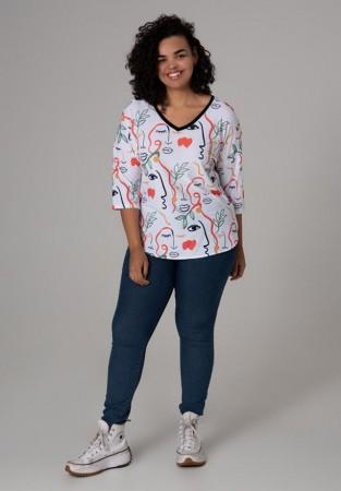 Kolorowa bluzka plus size ze wzorem w twarze