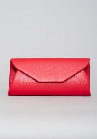 Czerwona kopertówka z imitacji skóry