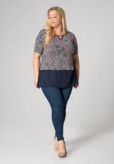 Kolorowa bluzka plus size z drobnymi elementami